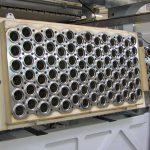 Die neue Thermoformmaschine M100 eignet sich für schnelle, energiesparende Verarbeitung, hier mit einem 84-fach-Werkzeug für Becher. (Foto: Gabler)