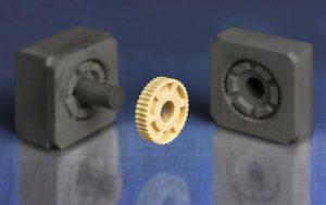 Durch die 3D-gedruckten Spritzgussformen erhält der Anwender sein schmier- und wartungsfreies Sonderteil auch in größeren Stückzahlen schneller und günstiger. (Foto: Igus)