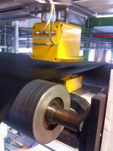 Das Flächengewicht wird mit einem Sensor von BST ProControl gemessen. (Foto: BST ProControl)