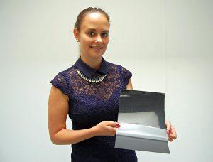 Die Assistentin der Geschäftsführung Sarah Taubert stellt eins von über 100 Produkten vor. (Foto: BST ProControl)