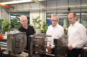 v.l.: Wolfgang Lutz (Leiter Werkzeugbau) und Peter Witteweg (Betriebsleiter) im Gespräch mit Günther-Fachberater Christoph Deutschmann. (Foto: Günther)