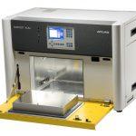 Eine kompakte Sonne im Labor: Das Labor-Prüfgerät Suntest XLS+ ermöglicht dank großer Probenfläche und mehrsprachigem TFT-Farbtouchscreen effiziente Lichtechtheitstests von Kunststoffen. (Foto: Atlas MTS)