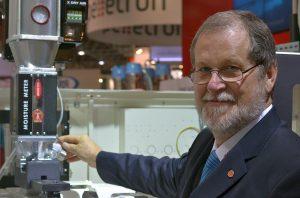 Renato Moretto zeigt das Online-Restfeuchtemessgerät Moisture Meter, mit dem die Herstellung von Kunststoff-Teilen dokumentiert werden kann. (Foto: Moretto)