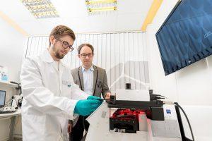 Der 3D-Drucker Photonic Professional GT eignet sich zur Herstellung von Nano-, Mikro- und Mesostrukturen. (Foto: Nanoscribe)