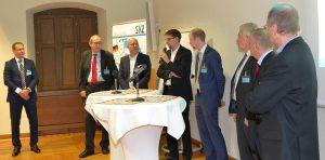 Auf der Podiumsdiskussion der SKZ-Elastomertagung sind auch kritische Fragen an die Referenten erlaubt. (Foto: K-AKTUELL)