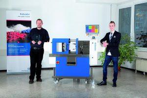 Specimold-Projektmanager Stephan Mühlhausen (l.) und Produktmanager Michael Kunde (r.) freuen sich über den Gewinn des i-Novo Awards. (Foto: Brabender)