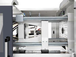 Die breite Abstützung der beweglichen Werkzeugaufspannplatte auf Linearführungen garantiert absolute Plattenparallelität. (Foto: Krauss Maffei)