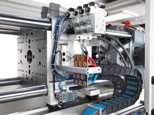 Die PX kann umfangreich mit werkzeugnahen hydraulischen Kernzugsteuerungen oder Kühlwasserkreisen ausgerüstet und auch nachgerüstet werden. (Foto: Krauss Maffei)