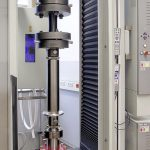Auf der Prüfmaschine können CFK-Rohre mit Außendurchmessern von 40 bis 80 mm getestet werden. (Foto: Zwick)