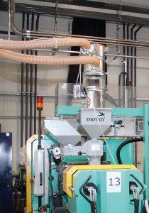 Eine zentrale Materialbeschickung mit dezentraler Einfärbung sorgen für stabile Prozesse und niedrigen Energie- Materialverbrauch. (Foto: Motan-Colortronic)