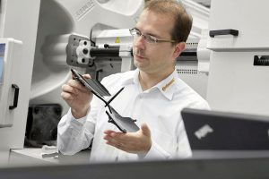 Dr.-Ing. Sebastian Wiebel, Leiter Produktion HUD-Spiegel, ist mit der Qualität der Spritzteile hoch zufrieden. (Foto: Arburg)