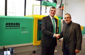 Pirmin Heinrich (l.), Arburg, und Dr. Peter Bloss (r.), Geschäftsführer des Kunststoff-Zentrums in Leipzig vor der neuen Allrounder im Spritzgießtechnikum des KUZ. (Foto: KUZ)