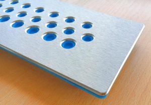 Die Kabeldurchführungsplatten aus Metall sind mit Elastomeren zur Abdichtung kombiniert. (Foto: Murrplastik)