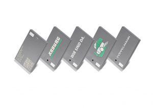 Nach Auflasern von Kontaktdaten und QR-Code individualisiert ein Freeformer den Kofferanhänger mit einer Grafik aus Kunststoff in 3D. Über den integrierten NFC-Chip kann der Besucher mit seinem fertigen Produkt weitere datengestützte Aktionen starten. (Foto: Arburg)