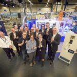 Applaus für die Jubiläumsmaschine: Die Teams von Grohe und KraussMaffei feiern die 100. Spritzgießmaschine. (Foto: Krauss Maffei)