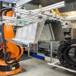Die neue Laboranalage am Institut für Leichtbau und Kunststofftechnik der TU Dresden (ILK) erlaubt das Umformen und Hinterspritzen der FVK-Metall-Hybridwerkstoffe in einem Schritt. (Foto: TU Dresden/ILK)