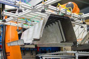 Für den Mitteltunnel der Bodengruppe kombinierten die LEIKA-Wissenschaftler metallische Deckschichten aus Stahl mit einem Faserverbundkern aus CFK. Das Ergebnis ist eine Massereduktion von 25 %. (Foto: TU Dresden/ILK)
