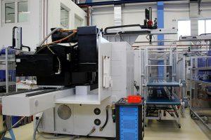 MacroPower E 850/5000 mit Witmmann-Roboter und Ablageband. (Foto: Wittmann Battenfeld)
