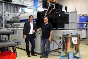 v.l.n.r.: Marcus Otto, Vertrieb Wittmann Battenfeld, und Horst Wodak, Geschäftsführer und Eigentümer der UPT-Optik Wodak GmbH. (Foto: Wittmann Battenfeld)