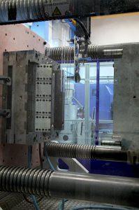 Entnahme eines auf der MacroPower E hergestellten optischen Lichtleiters aus dem Werkzeug. (Foto: Wittmann Battenfeld)