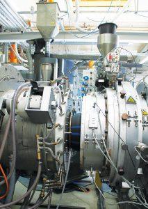 Detailaufnahme von Rohrkopf und Kalibrierhülse im Emtelle Produktionswerk in Sønder Felding, Dänemark während der Produktion. (Foto: Battenfeld-Cicinnati)