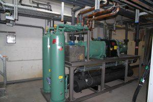 Die Anlage ist mit der VariKon-Steuerung ausgerüstet. Sie passt selbsttätig die Kondensationstemperatur an die Außentemperatur an. (Foto: L&R Kältetechnik)