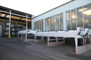 Bei der Split-Kälteanlage sind die Kältemittel-Verflüssiger im Außenbereich installiert. Freikühler nutzen in der kühlen Jahreszeit die Umgebungskälte – das spart Energie. (Foto: L&R Kältetechnik)