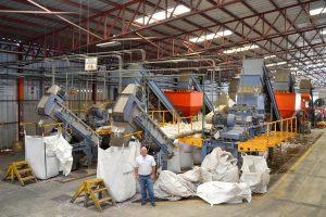 Nach der Sortierung werden die PET-Flaschen in zwei Herbold-Schneidmühlen mit einer Leistung von je 1.800kg/h zerkleinert. (Foto: Invema)