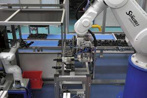 Um am Hochlohnstandort Schweiz wirtschaftlich produzieren zu können, bedarf es intelligenter Fertigungsstrategien, die den konsequenten Einsatz von Robotern vorsehen. (Foto: Stäubli)