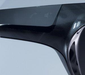 Mit dem injizierten Lack können auch Konturen wie scharfe Kanten, Rundungen oder erhabene Flächen dargestellt werden, weil er die Werkzeugoberfläche detailgetreu abbildet. (Foto: Covestro)