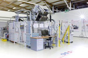 Die Hochdruck-RTM-Anlage im Henkel Composite Lab in Heidelberg verfügt über Harzinjektionseinheiten für Polyurethane und Epoxidharze, gekoppelt mit einer 3.800-kN-Presse. (Foto: Henkel)