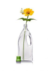 Mit NX UltraClear PP können Markeneigner gewichtsparende Flaschen mit integrierten Griffen und komplexen, ins Auge springenden Konstruktionsmerkmalen gestalten. (Foto: Milliken)