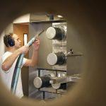 Biokunststoff als Matrixpolymer für schaltende Garne: TITK-Mitarbeiter mit Multifilament-Strang an einer Schmelzspinnanlage. (Foto: TITK)