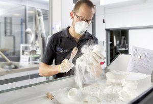 Nach dem 3D-Printing werden die Luftkanal-Bauteile aus dem PA6-Pulverbett befreit. (Foto: FKM)