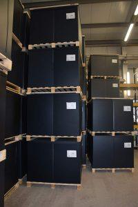 Die Behälter können im Blocklager gestapelt werden. (Foto: Friedola Tech)