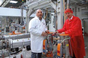 Helmut Reckziegel, Leiter der Business Unit Capsules innerhalb der Greiner Packaging und Horst Bar, der verantwortliche Projektleiter bei der Luger GesmbH blicken auf eine mehr als 40-jährige Zusammenarbeit mit Motan zurück. (Foto: Motan)