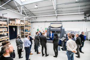 Frank Barlog präsentiert den Teilnehmern einer Veranstaltung der Kunststoffinitiative Oberberg im Hause Barlog die neue 5-Achs-Fräsmaschine. (Foto: Barlog)