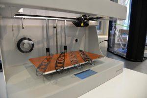Flügelrippen im neuen 3D-Drucker. (Foto: DLR)