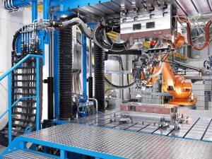 Der neue MX-Formenträger eignet sich für alle gängigen RTM-Verfahren, hier im Bild der offene Eintrag des Matrix-Materials beim Wetmolding mithilfe eines Industrieroboters und der Breitschlitzdüse. (Foto: Krauss Maffei)