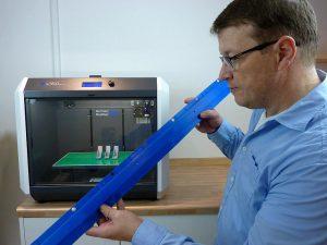 Prüfung eines segmentierten und aneinandergeschweißten 3D-Druckteils für die Automobilindustrie. (Foto: German RepRap)