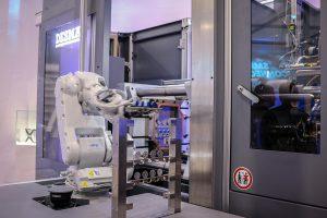 Mit der PartnerFlexCell bietet Desma eine Automatisierungslösung mit einem kollaborierendem 6-Achs-Roboter im vollautomatischen Prozess. (Foto: Desma)