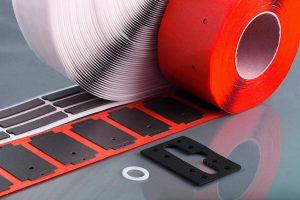 Das FKM-Plattenmaterial eignet sich zur Herstellung von widerstandsfähigen Flachdichtungen. (Foto: Kremer)