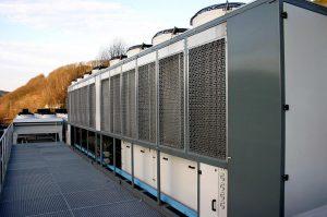 Das MHP-System hält das Kreislaufwasser in Kühltürmen hygienisch stabil. (L&R Kältetechnik)