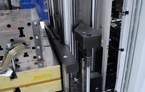 Die Ergonomic-Baureihe ist automatisierungsfreundlich ausgeführt, wie die optional erhältlichen doppelten unteren Leistenauswerfer auf der beweglichen Maschinenplatte zeigen. (Foto: Maplan)