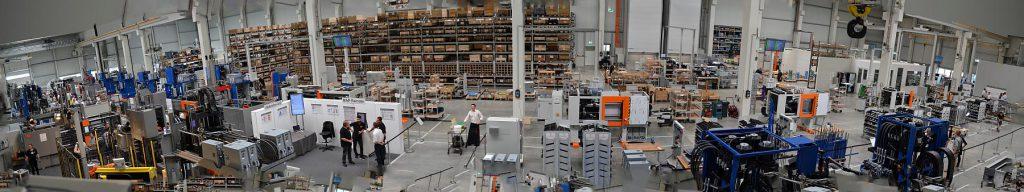 In elf Takten geht es auf Schienen vom Rahmen bis zur versandfertigen Maschine. (Foto: K-AKTUELL)