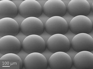Array von Hemisphären für die Mikrooptik, das mit einem Photonic Professional GT hergestellt wurde. (Foto: Nanoscribe)