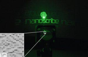 Diffraktives Muster eines polymeren diffraktiven optischen Elements, das mit einem Nanoscribe-Drucker hergestellt wurde. (Foto: Nanoscribe)