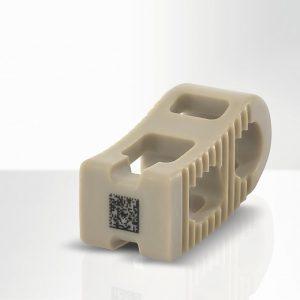 Wirbelsäulenimplantat aus PEEK mit lasermarkiertem UDI-Datamatrix-Code von ca. 3 x 3 mm Größe. (Foto: Foba)