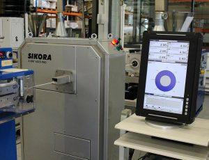 Das Sikora-Röntgenmesssystem X-Ray 6000 misst sämtliche Schlauchparameter. Am Monitor des Prozessorsystems Ecocontrol 6000 werden die Produktdaten visualisiert. (Foto: Sikora)