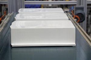 Gehäuseteile für einen Wandspeicher – hergestellt auf der MacroPower 850. (Foto: Wittman)